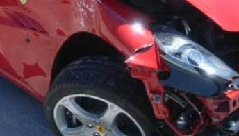 Guida una Ferrari in prova ma finisce malissimo