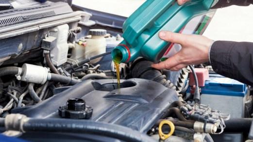 Come fare il controllo dell'olio dell'auto in autonomia