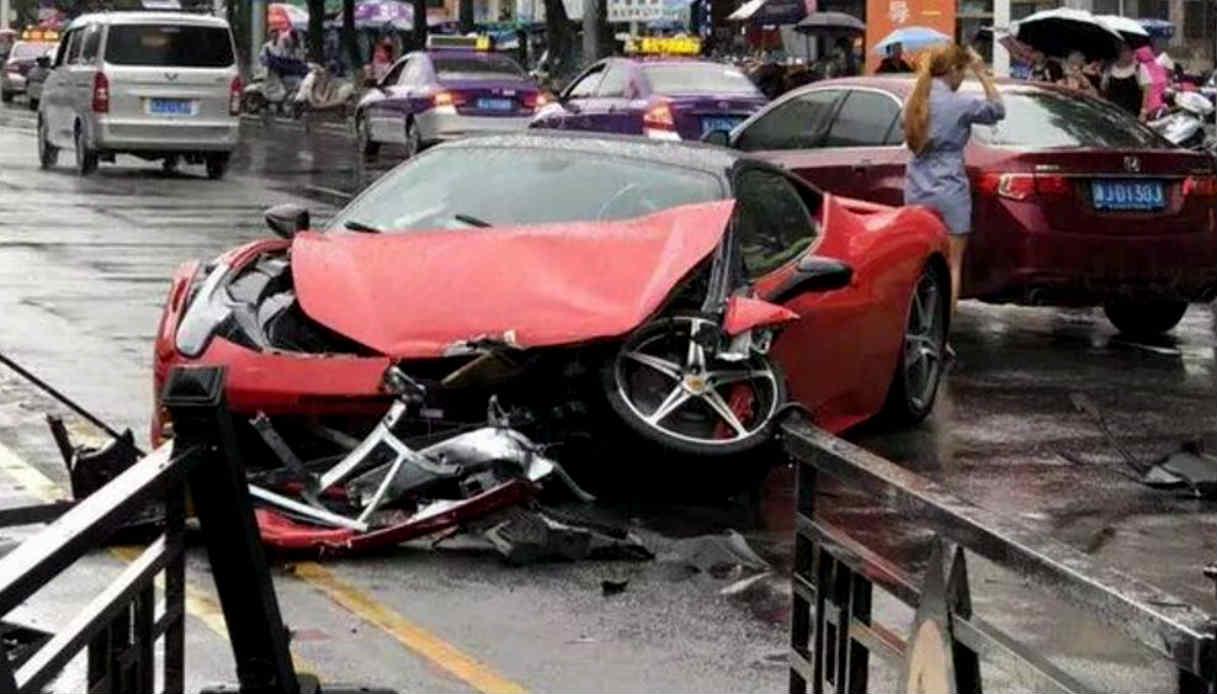 Esce dal concessionario e distrugge Ferrari da 500mila euro. Video |  Virgilio Motori