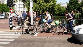 La denuncia: vogliono più bici ma i negozi restano chiusi
