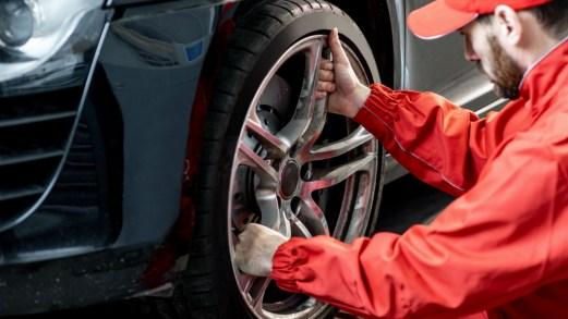 Montaggio pneumatici diversi sull'auto: cosa dice l'esperto