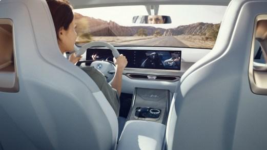 BMW svela l'auto che sfiderà la Tesla sul mercato