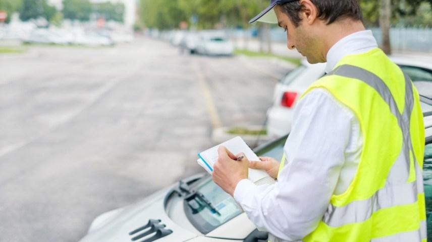 Telefono al volante e semaforo giallo: in arrivo multe da capogiro