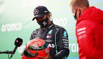 Hamilton fa 91 vittorie in F1 e riceve in dono il casco di Schumacher
