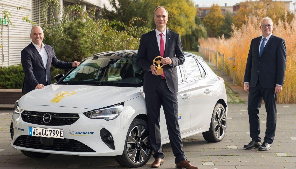Opel-Corsa-e-volante oro
