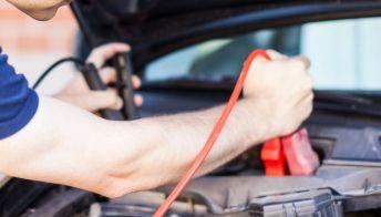 Il caricabatterie che fa resuscitare l'auto in offerta col Prime Day