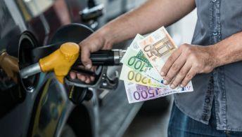 Il prezzo della benzina sale, nuova stangata per gli italiani