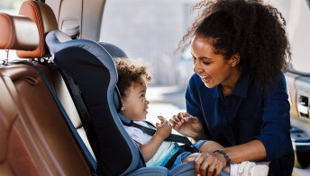 Obbligo di seggiolino in auto: fino a quale età