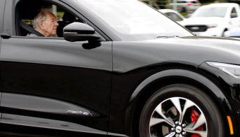A 101 anni guida la Mustang elettrica: la sua prima Ford fu la Model T